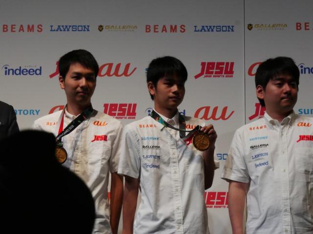 TGS2018選手がメダルを披露